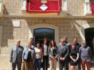 Els regidors, davant la façana de l'Ajuntament