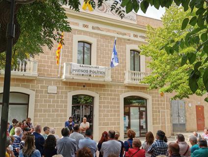 La façana de l'Ajuntament llueix el llaç groc i la pancarta