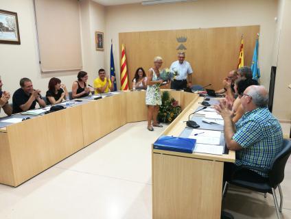 Asun García va rebre una placa i un ram de flors de mans de l'Alcalde
