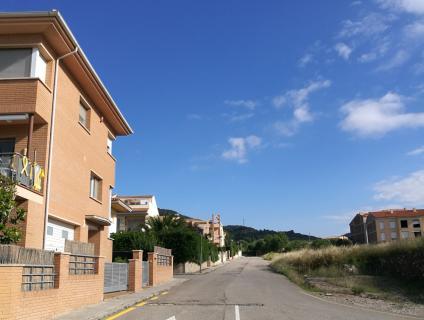 Vista del carrer sense nom des de la porta de l'Escola Sant Ramon
