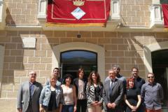 Els nous regidors davant la façana de l'Ajuntament